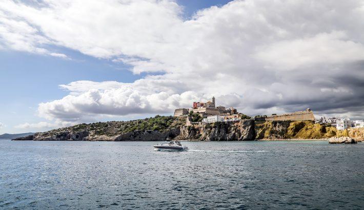 Las fechas más económicas para alquilar un barco en Ibiza