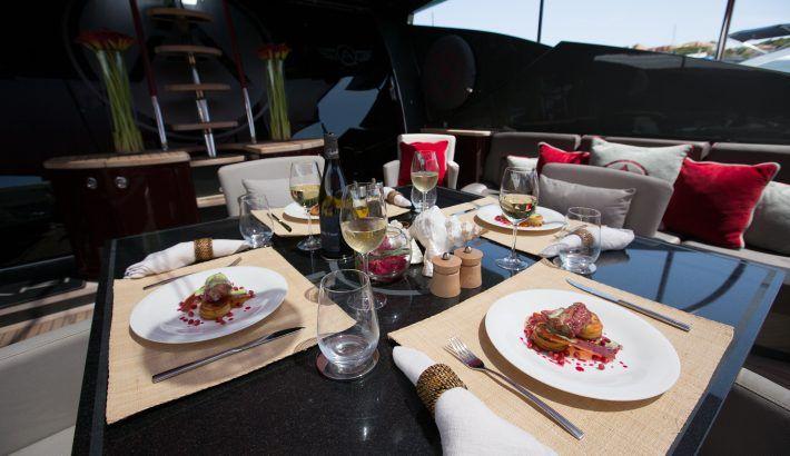 Comer a bordo de un barco en Ibiza o Formentera