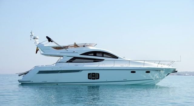 Yate Fairline Phantom 48 Pies Up and Down de alquiler en Ibiza con Barcoibiza.com