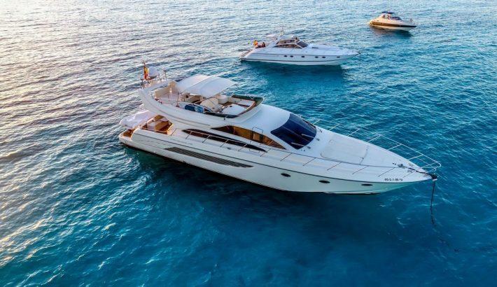 Un barco con flybridge para charter en Ibiza