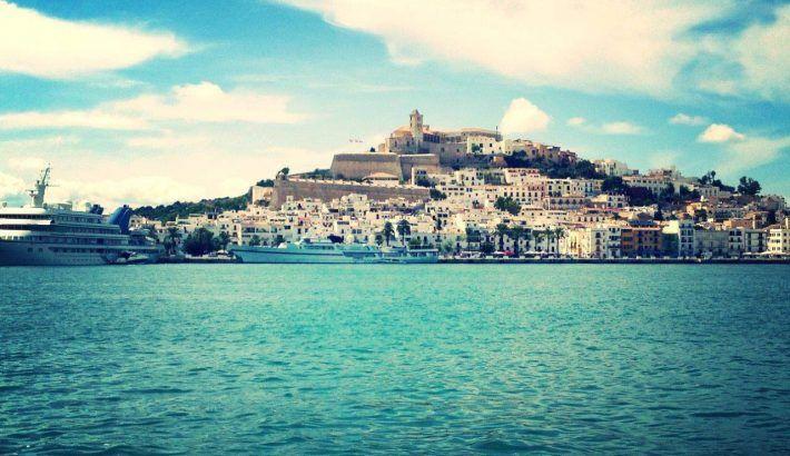 ¿Qué proceso sigo para alquilar un barco en Ibiza por un día?