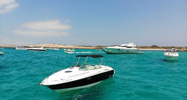 Monterey-268-SC-Cabinada-Alquiler-Lancha-Motorboat-Ibiza.JPG-1