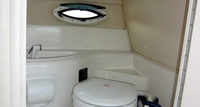 Monterey-268-SC-Cabinada-Alquiler-Lancha-Motorboat-Ibiza.JPG-WC