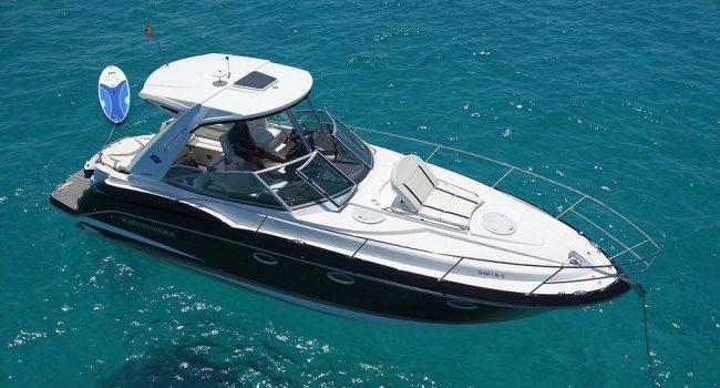 Una lancha motora sport yacht de casi 12 metros de eslora, nueva, con camarotes muy prácticos que permite 10 plazas de día y 4 plazas para dormir a bordo.  Una opción de barco de alquiler en Ibiza ideal tanto para salir a navegar durante el día como para dormir a bordo una pareja, o dos parejas.