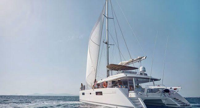Catamaran Lagoon 560 S2 de alquiler en Ibiza con 4 cabinas dobles y cabina de tripulación separada para pasar una semana de vacaciones en barco en Ibiza