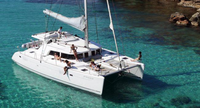 Catamarán de alquiler en Ibiza Lagoon 440